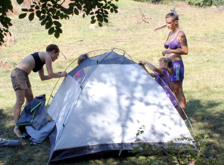 See how the tent clips on to the poles? It makes it a lot easier and faster to get up.